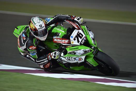 motorcycles-race-helmets-pilots-163221-e1525892766279